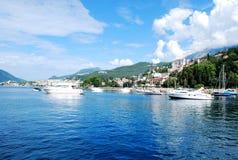Opinião bonita do mar da costa mediterrânea à cidade nas montanhas Foto de Stock