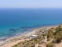 Opinião bonita do mar Mediterrâneo com os penhascos altos de Santa Pola Faro del Cabo Spain A ilha de Tabarca está na distância foto de stock