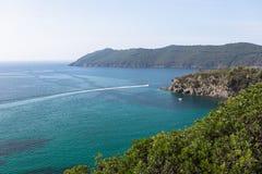 Opinião bonita do mar ou o mar esmeralda da ilha da Ilha de Elba em Toscânia com uma lancha que cruza o horizonte Elba Island, To imagem de stock