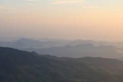 Opinião bonita do nascer do sol na paisagem das montanhas Imagem de Stock Royalty Free