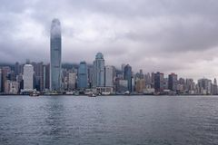 Opinião bonita do panoarama da cidade e do rio de Hong Kong no fundo nublado do céu imagens de stock royalty free