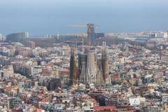 Opinião bonita do panorama da cidade de Barcelona com a igreja famosa de Sagrada Familia no por do sol, Espanha fotos de stock
