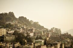 Opinião bonita do panorama da cidade de Gangtok, a cidade a maior do estado indiano de Sikkim, situado na escala Himalaia orienta imagens de stock