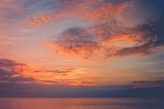 Opinião bonita do seascape no inverno sazonal com luz do por do sol e céu do crepúsculo em Chao Lao Beach, província de Chanthabu fotografia de stock