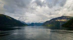 Opinião bonita do verão do fiorde norueguês Fotos de Stock Royalty Free
