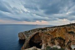 Opinião bonita, rochas e mar de Oceano Atlântico em um dia nebuloso O Algarve, Portugal - imagem fotos de stock royalty free