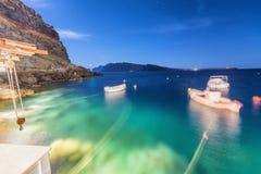 Opinião borrada da noite dos barcos que movem-se no oceano imagens de stock royalty free