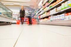 Opinião borrada os povos no supermercado Fotos de Stock Royalty Free
