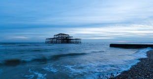Opinião Brighton Pier idoso como o rolo das ondas dentro Fotografia de Stock