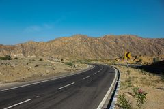 Opinião cênico da estrada de Abu da montagem com Mountain View de estrada asfaltada e no fundo do céu azul fotos de stock