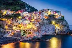 Opinião cênico da noite da vila colorida Manarola em Cinque Terre Foto de Stock