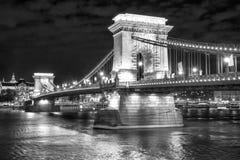 Opinião cênico da noite da ponte Chain em Budapest, Hungria imagem de stock royalty free