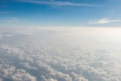 Opinião cênico da nuvem macia branca e de céu azul da janela dos aviões Imagens de Stock