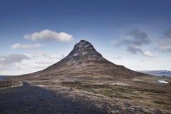 Opinião cênico das cachoeiras bonitas de Kirkjufell e de Kirkjufellsfoss, Islândia foto de stock royalty free