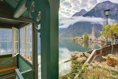 Opinião cênico do imagem-cartão da aldeia da montanha famosa de Hallstatt Fotografia de Stock Royalty Free