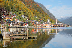 Opinião cênico do imagem-cartão da aldeia da montanha famosa de Hallstatt com o lago nos cumes austríacos, região Hallstaetter de Foto de Stock