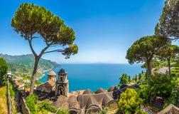 A opinião cênico do imagem-cartão da costa famosa de Amalfi da casa de campo Rufolo jardina em Ravello, Itália Foto de Stock Royalty Free