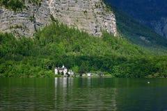 Opinião cênico do imagem-cartão de casas de madeira velhas tradicionais na aldeia da montanha famosa de Hallstatt no lago Hallsta Foto de Stock