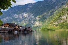 Opinião cênico do imagem-cartão de casas de madeira velhas tradicionais na aldeia da montanha famosa de Hallstatt no lago Hallsta Fotos de Stock