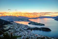 Opinião cênico do por do sol de Queenstown e do Remarkables, Queenstown, Nova Zelândia fotografia de stock royalty free