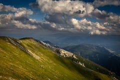 Opinião cênico do por do sol do passeio na montanha de Dambocksteig na inclinação do platô de Rax com o prado idílico, fresco, ve fotos de stock royalty free