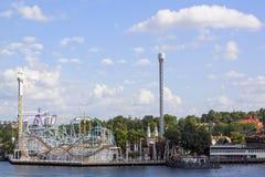 Opinião cênico do verão do parque de diversões com atrações e passeios na ilha de Djurgarden em Éstocolmo, Suécia foto de stock