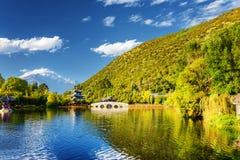 Opinião cênico Dragon Pool preto, Lijiang, China fotografia de stock