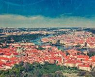 Opinião Charles Bridge sobre o rio de Vltava e a cidade velha de Petri Imagem de Stock