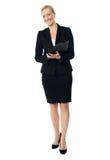 Opinião cheia do comprimento de um executivo fêmea envelhecido Foto de Stock Royalty Free