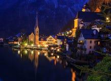 Opinião clássica da noite do cartão da vila alpina de Hallstatt no lago Hallstatt Fotografia de Stock