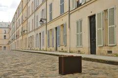Opinião clássica da rua de Paris com mala de viagem do vintage Fotografia de Stock Royalty Free