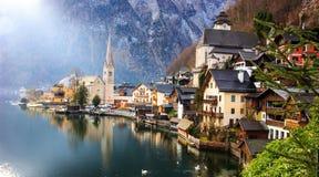 Opinião clássica do cartão da vila alpina de Hallstatt no lago Hallstatt Imagens de Stock