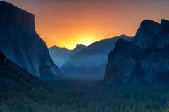 Opinião clássica do túnel do vale cênico de Yosemite com o tampão famoso do EL fotos de stock