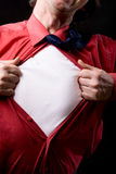 Opinião colhida homem frustrante que rasga fora de sua camisa Fotos de Stock Royalty Free