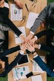 Opinião colhida os sócios comerciais na tabela na colaboração dos trabalhos de equipe dos empresários do escritório fotografia de stock royalty free