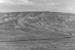 A opinião colorida branca e preta da paisagem na terra judean do deserto com o céu azul mágico no fundo e na cor nubla-se Imagem de Stock Royalty Free