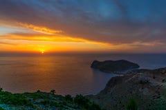 Opinião colorida panorâmico do por do sol na península de Assos de Kefalonia Grécia imagens de stock