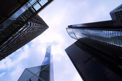 Opinião com arranha-céus modernos, opinião de baixo ângulo dos arranha-céus, Hong Kong da arquitetura da cidade Imagem de Stock