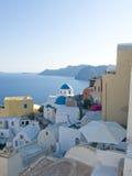 Opinião com as cúpulas famosas da igreja, Santorini do mar, Grécia foto de stock royalty free