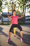 A opinião completa do corpo a mulher que faz a parte superior do corpo exercita Imagem de Stock Royalty Free