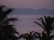 Opinião cor-de-rosa bonita do mar do por do sol na ilha grega imagem de stock