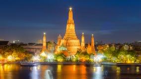Opinião crepuscular Wat Arun Temple, com efeito de Bokeh Imagem de Stock