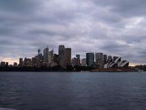 Opinião da água da cidade e do teatro da ópera de Sydney Imagem de Stock