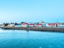 Opinião da arquitetura da cidade de Borganes, Islândia imagem de stock