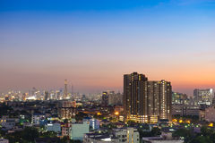 Opinião da arquitetura da cidade de Banguecoque no crepúsculo Fotografia de Stock Royalty Free