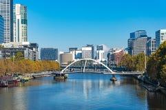 Opinião da arquitetura da cidade de Melbourne com rio de Yarra e ponte de Southbank imagem de stock