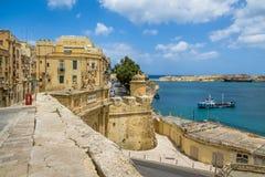 Opinião da arquitetura da cidade de Valletta e do porto grande com Victoria Gate e do forte de Ricasoli no fundo - Valletta, Malt fotos de stock royalty free