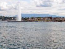 Opinião da arquitetura da cidade e linha costeira de lago Genebra, Suíça Fotografia de Stock Royalty Free