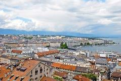 Opinião da arquitetura da cidade e linha costeira de lago Genebra, Suíça Fotos de Stock Royalty Free