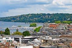Opinião da arquitetura da cidade e linha costeira de lago Genebra, Suíça fotografia de stock